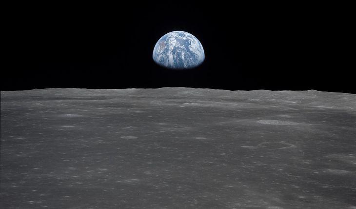 Zdjęcie wschodu Ziemi nad horyzontem Księżyca zrobione aparatem Hasselblad