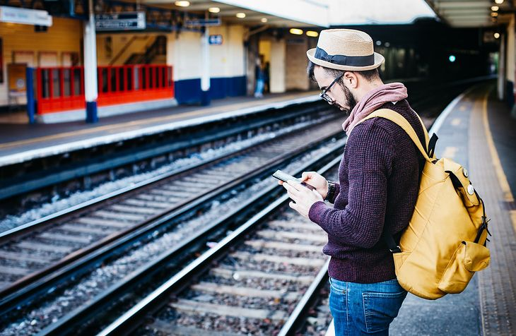 Mężczyzna w podróży ze smartfonem