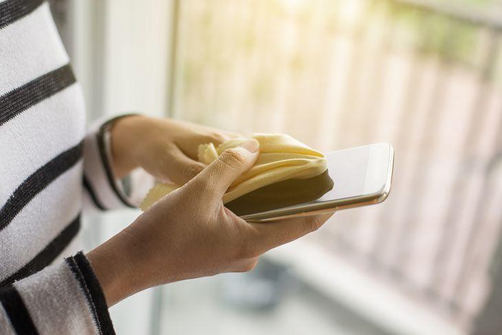 Smartfon może być siedliskiem wielu bakterii i wirusów. Shutterstock.com