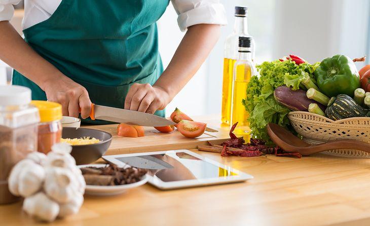 Gotowanie posiłku z przepisu z elektronicznej książki kucharskiej