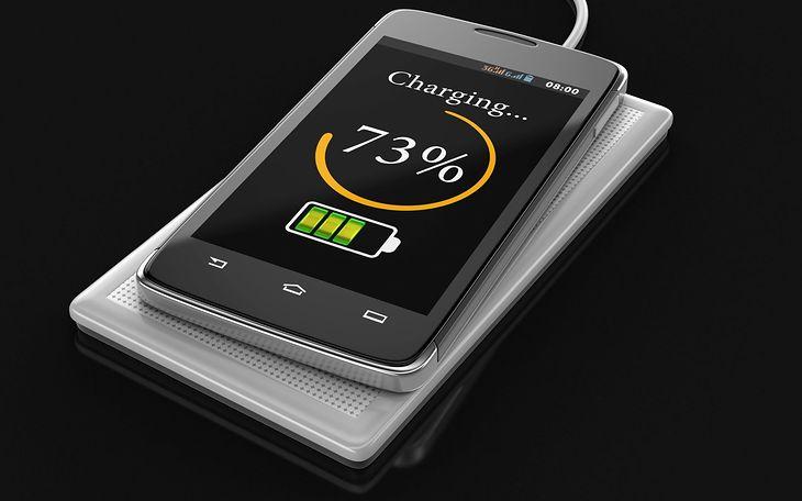 Ładowanie bezprzewodowe smartfona