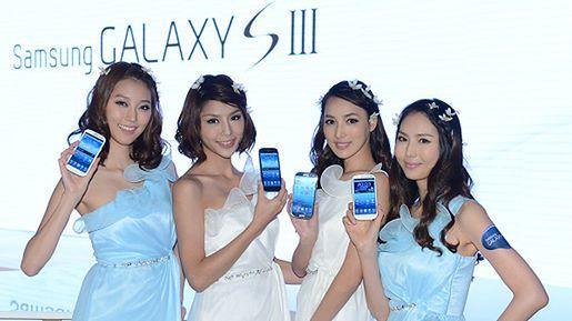 Samsung Galaxy S III z eskortą (fot. samsung.com)