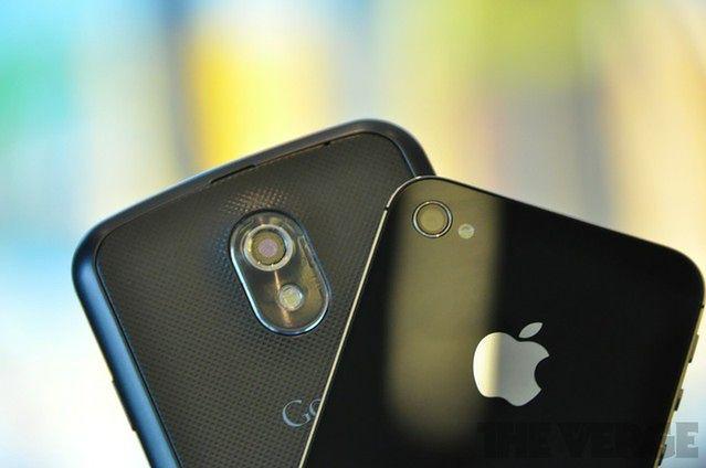 Galaxy Nexus i iPhone 4S | fot. The Verge