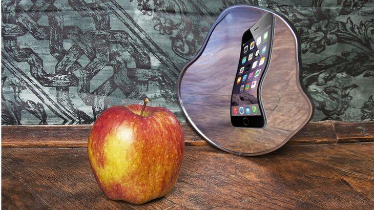 Zmodyfikowane zdjęcie: Surrealistic picture of an apple reflecting in the mirror