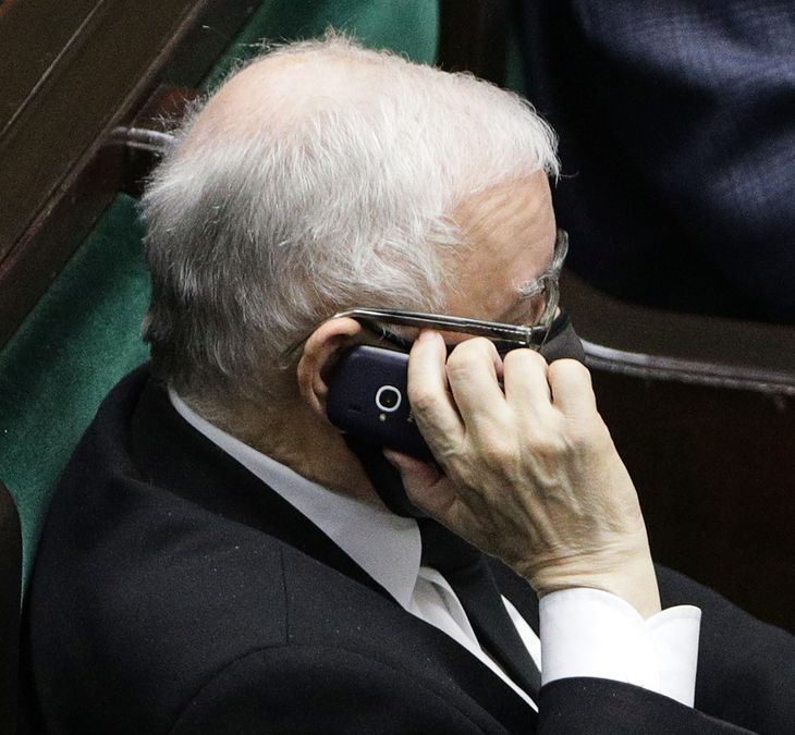 Jarosław Kaczyński podczas posiedzenia Sejmu dał się przyłapać z telefonem
