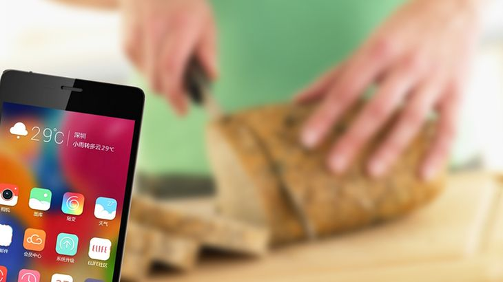Zmodyfikowane zdjęcie: Woman slicing mixed grain bread