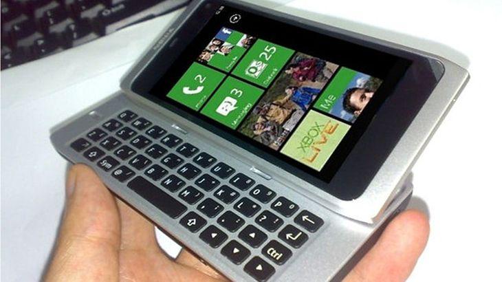 Mockup smartfona z klawiaturą QWERTY