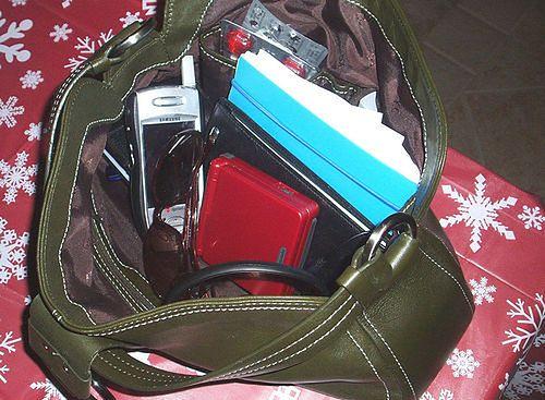 Damska torebka idealna dla dużych smartfonów? (fot. na lic. CC/Flickr/Jenica26)
