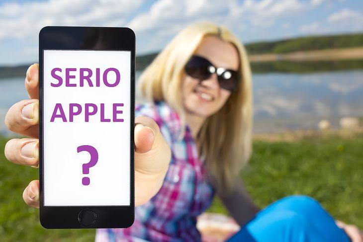 Kobieta pokazująca iPhone'a