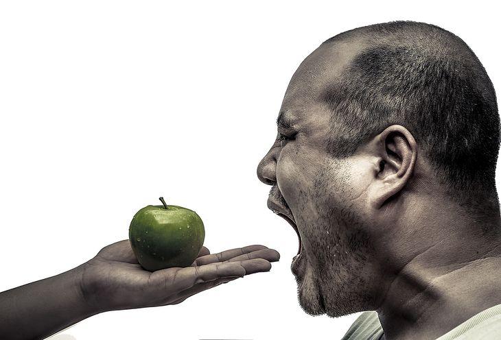 Mężczyzna i jabłko