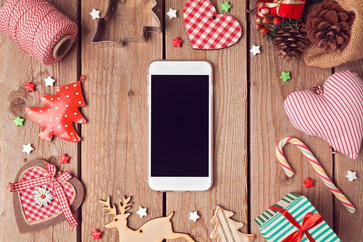 Smartfon w świątecznej scenerii