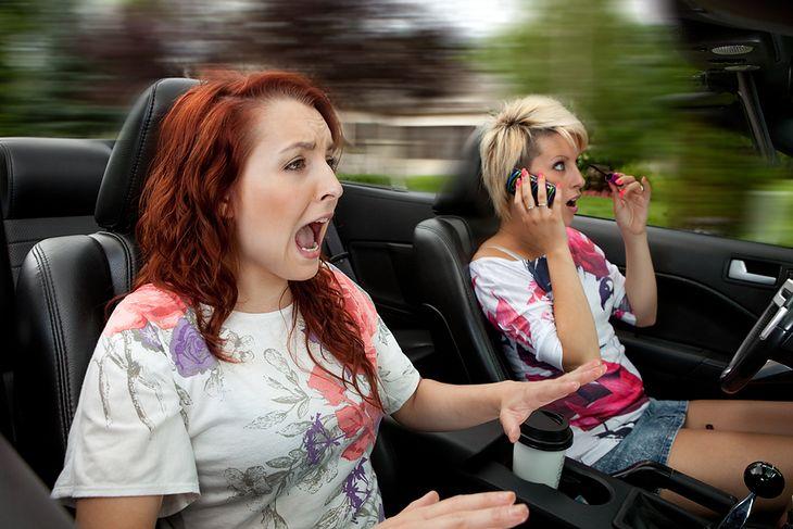 Korzystanie ze smartfona podczas jazdy może być śmiertelnie niebezpieczne