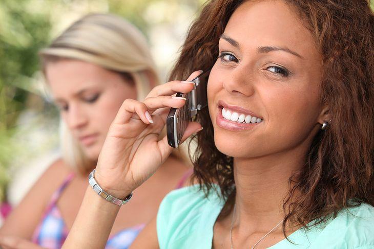 kobieta rozmawiająca przez telefon z klapką