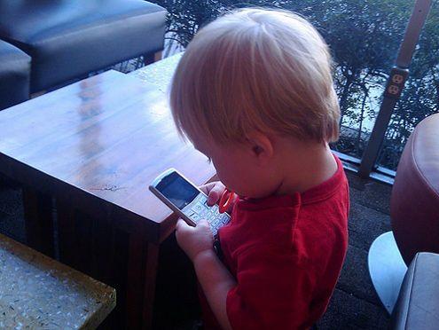 3049c709c841e3 Telefon dla dziecka - co warto wiedzieć?   Komórkomania.pl