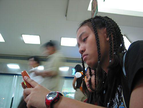 Telefony na dobre wkroczyły w szkolną rzeczywistość (fot. na lic. CC/Flickr/Stitch)