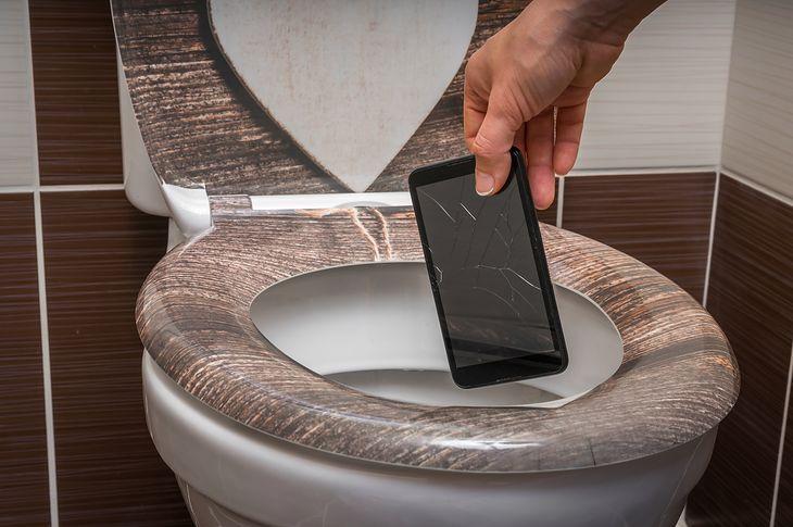 Zalany smartfon? Konieczna może być wizyta w serwisie