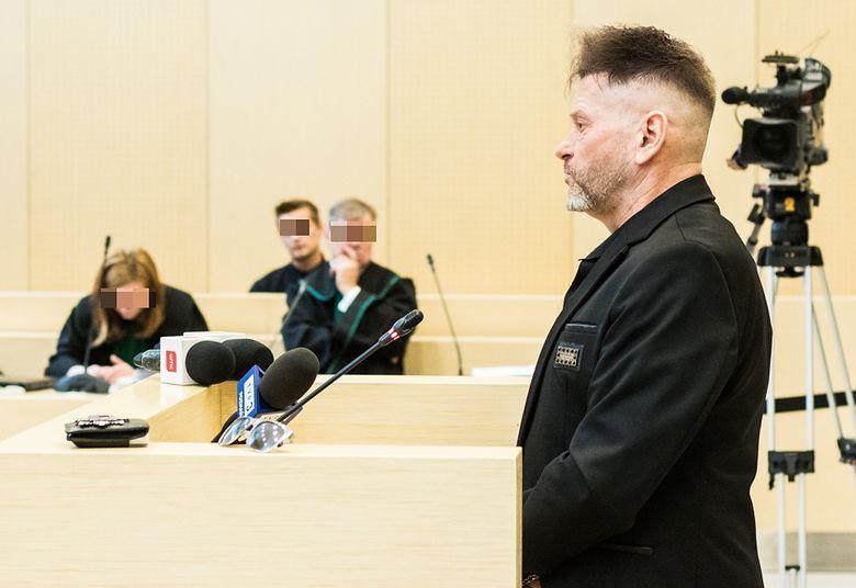 Perfekcyjnie Kwadratowa Fryzura Rutkowskiego W Sądzie Zdjęcia
