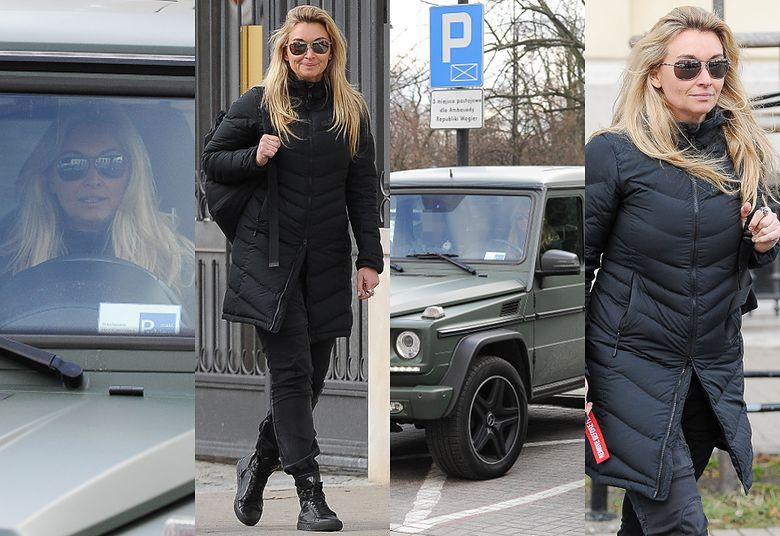 2Martyna Wojciechowska w aucie za PÓŁ MILIONA łamie przepisy, parkując w niedozwolonym miejscu