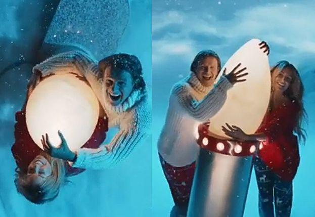 """Świąteczni """"Pączek i Pysiula"""" przytulają się do wielkiej lampki choinkowej w nowym spocie reklamowym"""