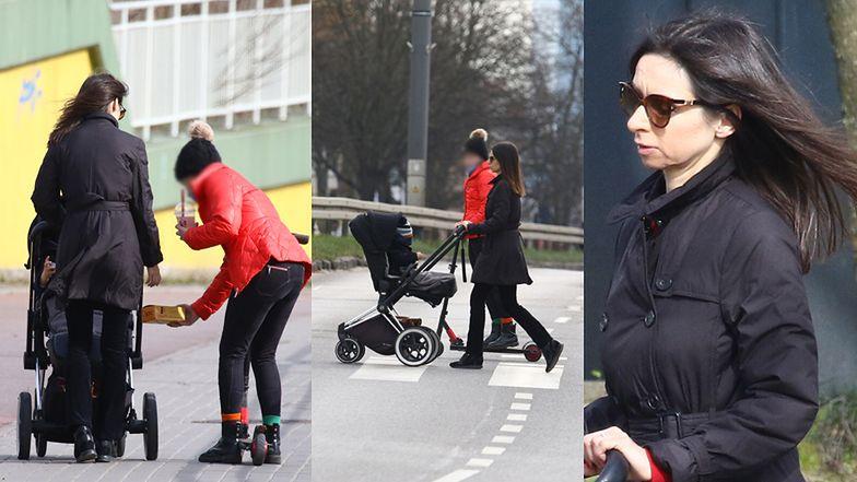 Ostrożna Marta Kaczyńska unika ludzi na spacerze z dziećmi i w knajpce z fast foodem