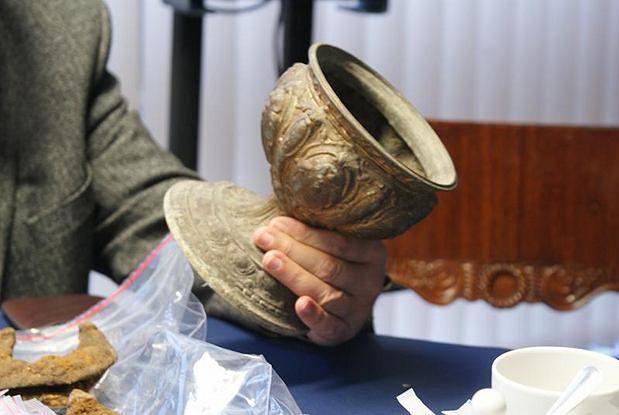 Rzymskie denary, ozdoby z epoki brązu, moneta z czasów piastowskich - to niektóre skarby zabezpieczone w mieszkaniu samozwańczego archeologa z Wągrowca