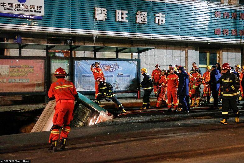 Chiny. Autobus zapadł się pod ziemię. Zginęli pasażerowie