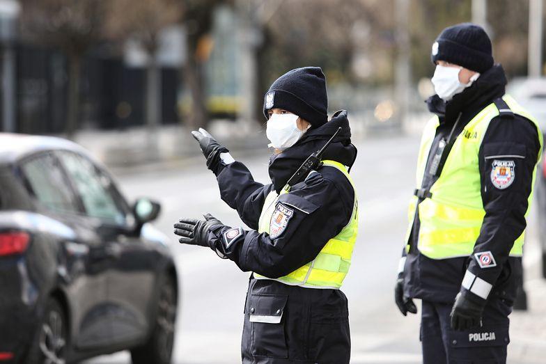 Koronawirus w Polsce. Policjanci z Warszawy podczas służby w trakcie pandemii