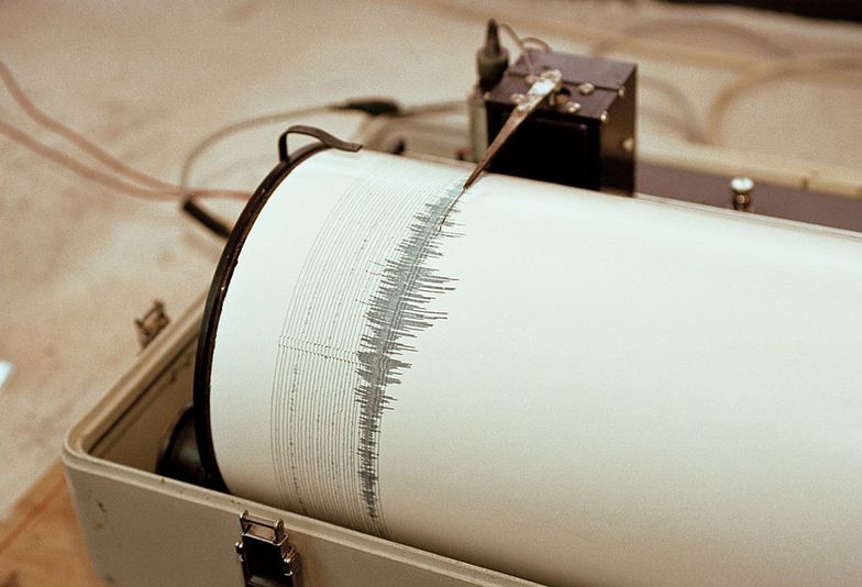 PHOTO: EAST NEWS/SCIENCE PHOTO LIBRARY  Seismograph recording activity of the  Merapi volcano, Java, Indonesia. This  device detects and records ground movements (seismic activity), which in this  case are due to an active volcano. The print out (lower centre) is the previous  days activity.