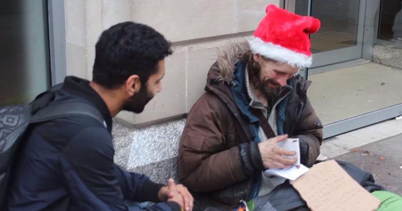 Muzułmanin rozdawał bezdomnym świąteczne prezenty
