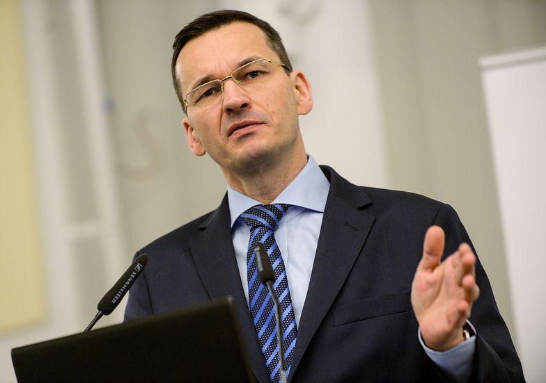 """Premier Mateusz Morawiecki od kilku tygodniu odpowiada na pytania o skutki """"Piątki PiS"""" dla budżetu."""