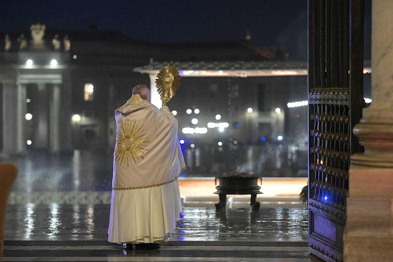 Papież Franciszek samotnie modlił się na Placu Św. Piotra