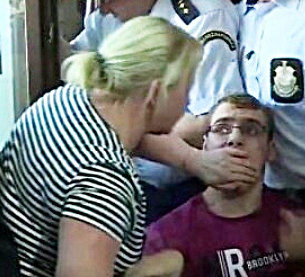 Zdjęcia na których kobieta zasłania synowi usta upubliczniły prawicowe media i zwolennicy dobrej zmiany