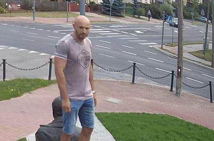 Kraśnik. Poszukiwany mężczyzna na pomniku Lecha Kaczyńskiego