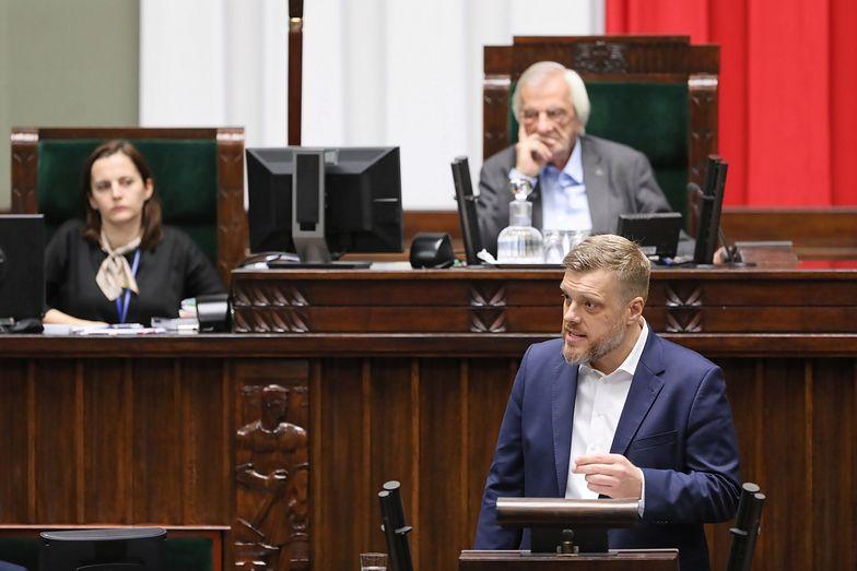 Adrian Zandberg podczas debaty po expose premiera Mateusza Morawieckiego