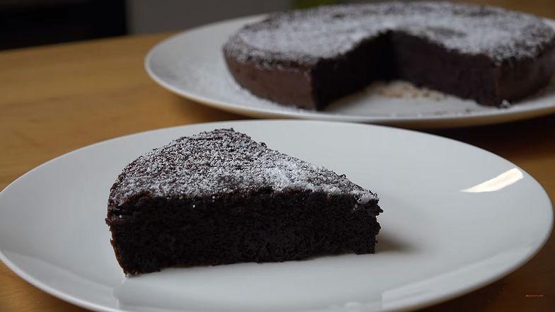 Banalny przepis na ciasto czekoladowe. Potrzebujesz tylko dwóch składników.