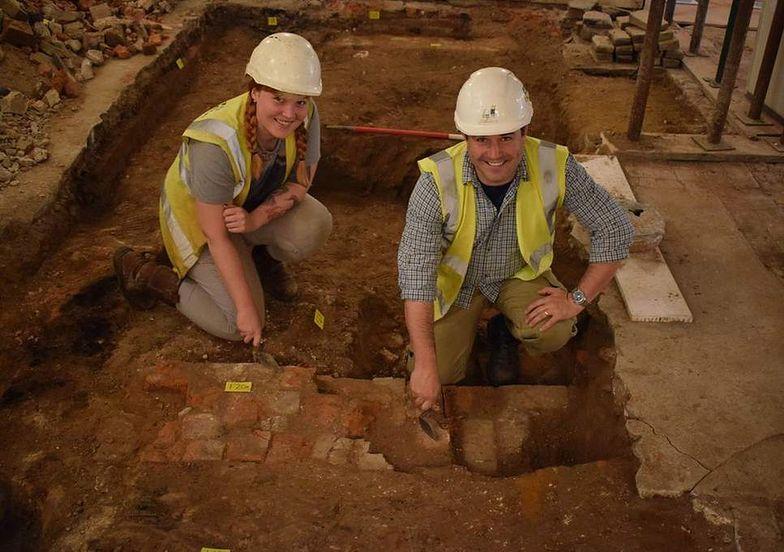 Włamali się do sklepu w  Essex. Pod podłogą odkryli średniowieczne skarby