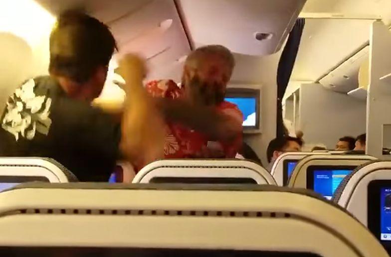 Bójka w samolocie. Film już stał się viralem