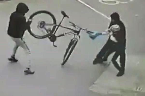 Walczył jak mógł, by nie ukradli mu roweru