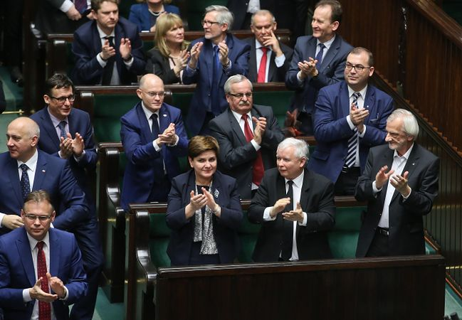 PiS najsilniejsze od wyborów, opozycja nadal traci. Oto najnowszy sondaż poparcia partii politycznych
