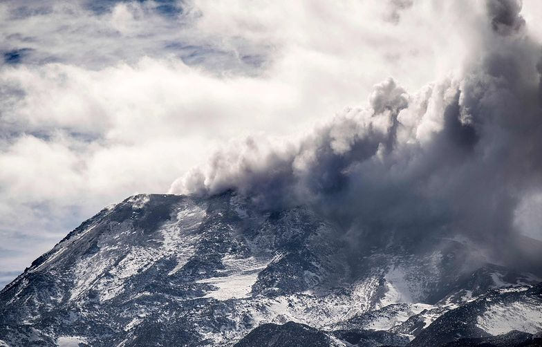 View of the Nevado de Chillan volcano during an eruptive pulse in Las Trancas, some 400km south of Santiago, April 7, 2018.  Emergency service officials in Chile issued an orange alert at the area around the volcano. / AFP PHOTO / Martin BERNETTI