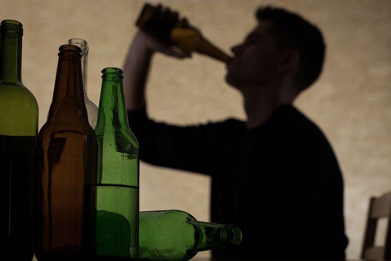 """Zobacz, kiedy nastolatkowie zaczynają pić. Nie czekają do """"osiemnastki"""""""