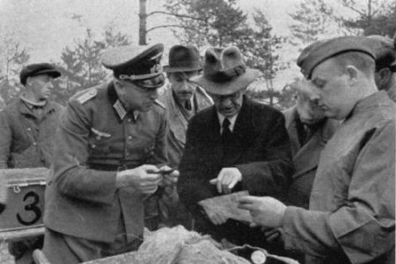 Były premier Polski Leon Kozłowski podczas identyfikacji zwłok polskich oficerów w Katyniu.