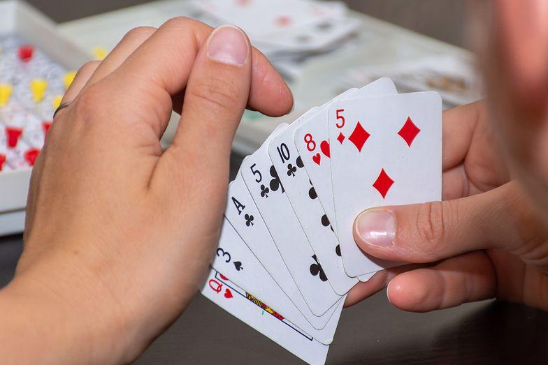 """""""Postawił"""" żonę w karty i przegrał. Pozostali gracze ją zgwałcili"""