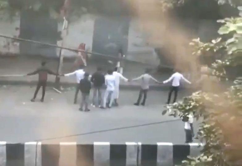 Stolica Indii. Tak mieszkańcy chronią swoje dzieci.