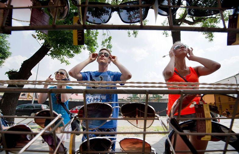 Jak wybrać okulary przeciwsłoneczne? Te z bazaru mogą ci zaszkodzić