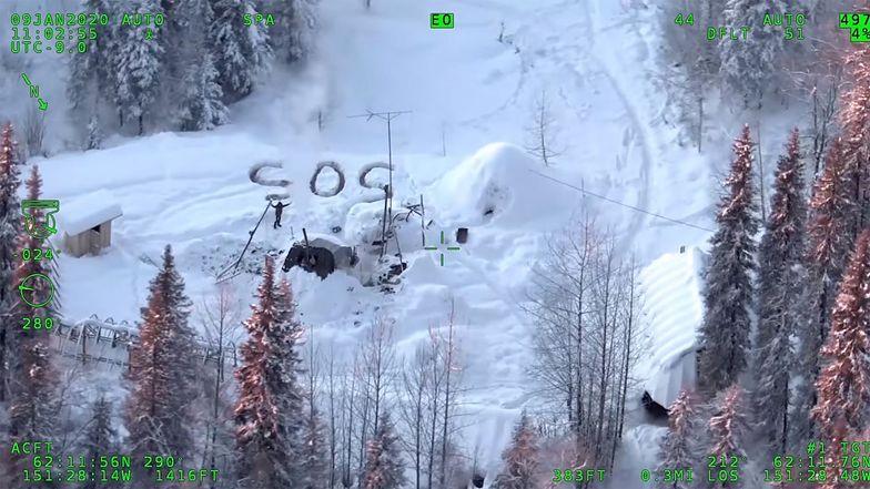 """Przeżył 3 tygodnie na pustkowiu na Alasce. Napisał na śniegu """"SOS"""""""