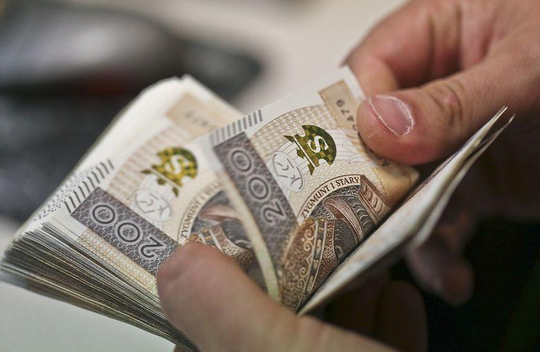 Zniszczył 100 tys. zł i tak posklejał, że NBP wymieniło mu je na 110 tys. zł