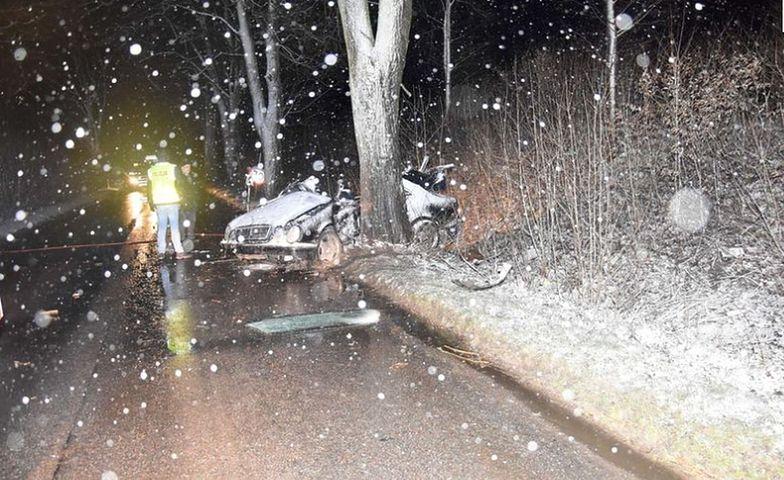 Miejsce tragicznego wypadku w Strudze. Za kierownicą mercedesa zginął 26-letni kierowca.