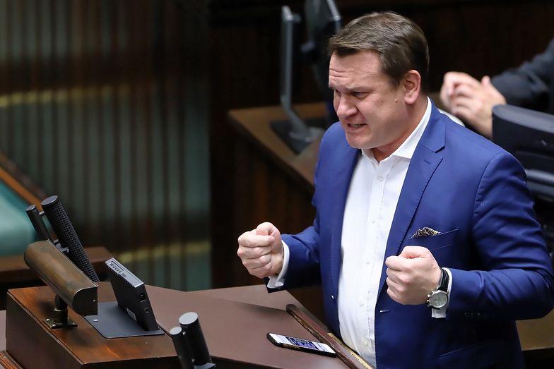 Dominik Tarczyński przekonywał szwedzką gazetę, że Polska, mimo krytyki unijnych polityków, wstaje z kolan