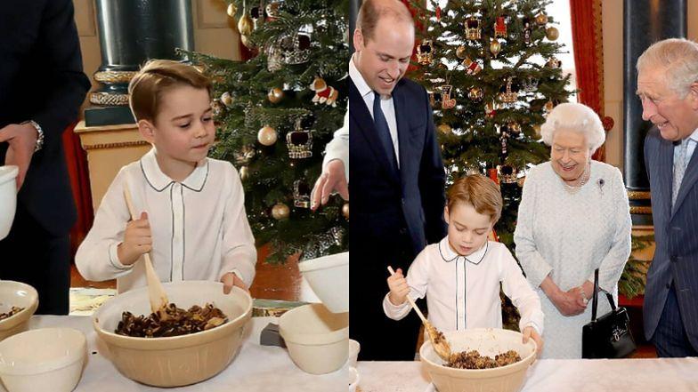 6-letni książę George ochoczo miesza składniki na świąteczny pudding pod okiem taty, dziadka i prababci (ZDJĘCIA)